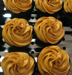 chocolate stout cupcakes with cinnamon dulce de leche cream cheese frosting