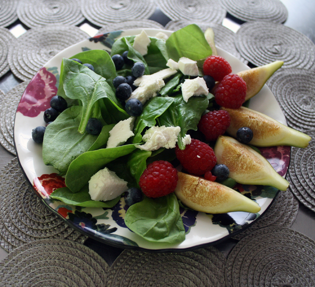 fig, berry, and spinach salad
