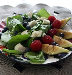 fig, berry, and spinach salad with poppy seed dressing